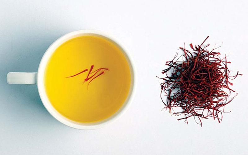Pha trà Nhụy hoa nghệ tây chữa mất ngủ