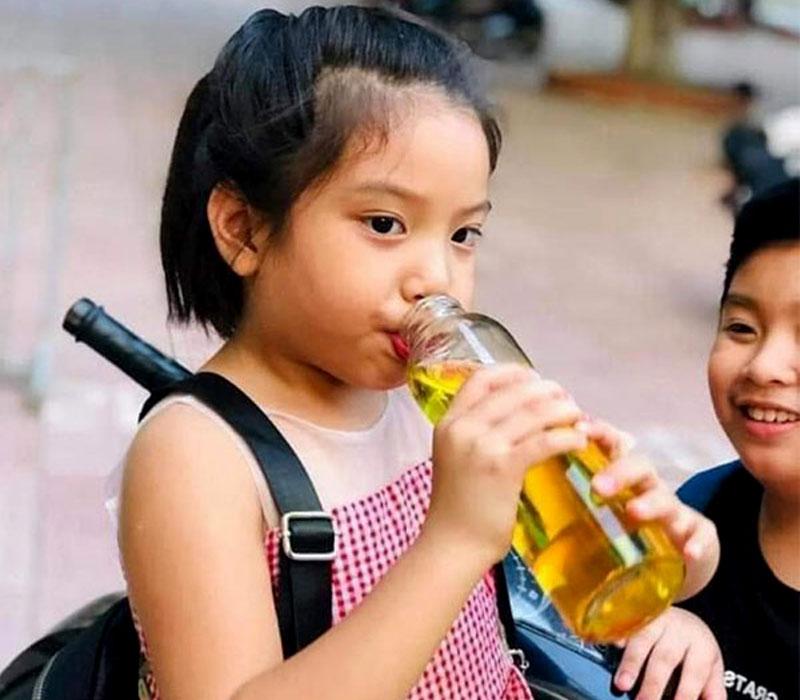 Trẻ em uống nước Saffron