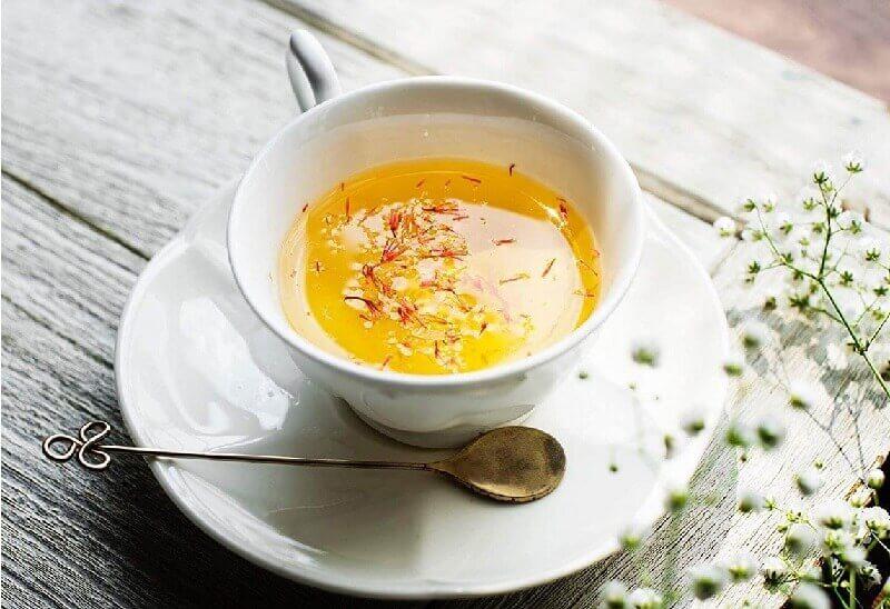 Nhụy hoa nghệ tây pha với nước ấm